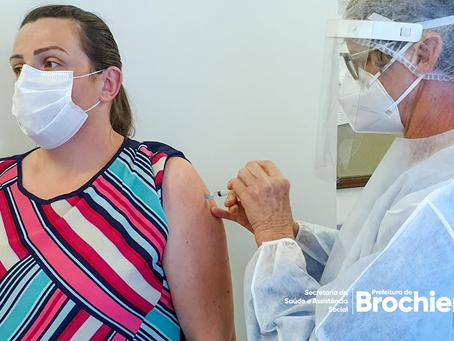 Primeiras vacinas contra a COVID-19 são aplicadas em Brochier