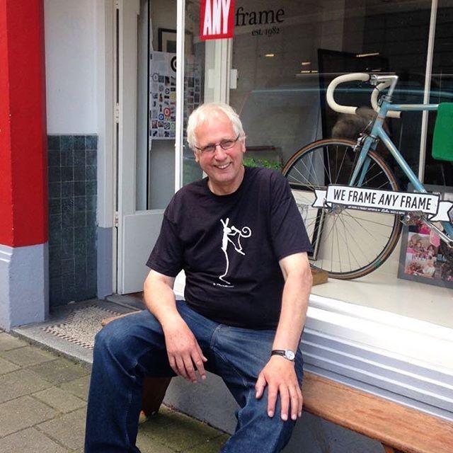 Dit is Koos. Koos is de baas van Any Frame, de winkel waar hij nu voor zit die hij in 1982 begon