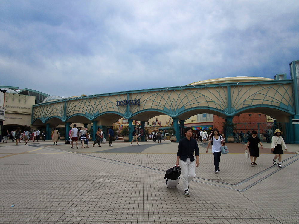 Disney Ikspiari, with shops and restaurants