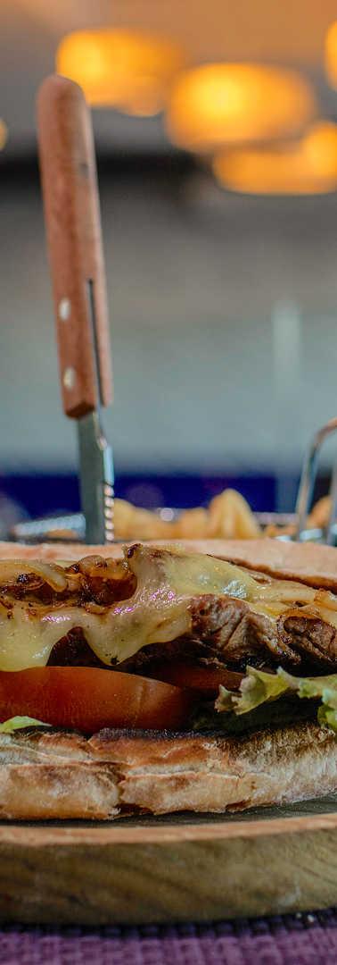 Roast beef sandwich con provolone y cebollas caramelizadas