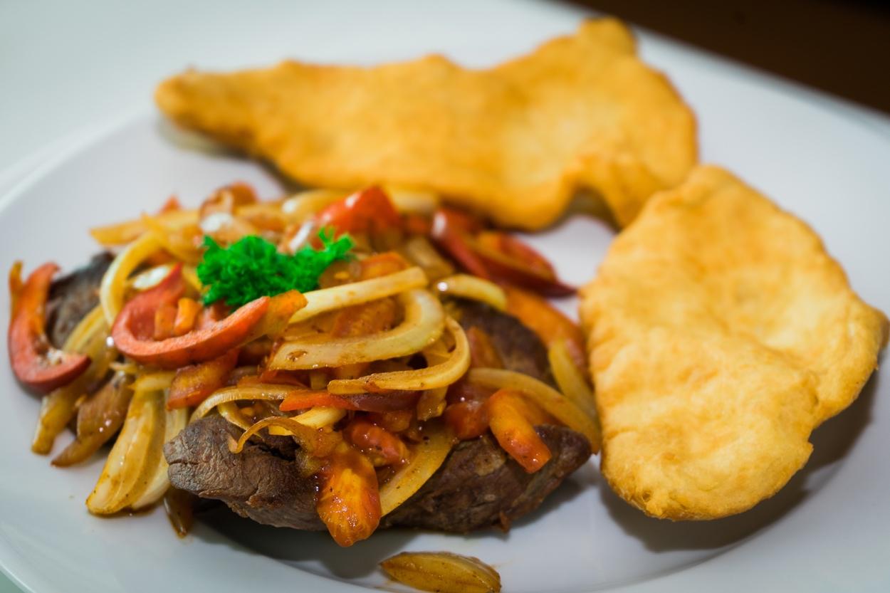 Variedad de carnes, hojaldras, tortilla panameña, Almojábanos, Omelette Restaurante Jarama en David