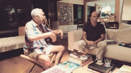Entrevista com Gilberto Gil - Pedro Varoni e Gilberto Gil conversam na sala
