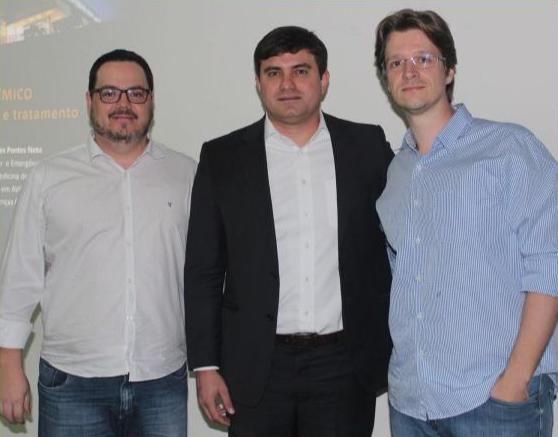 Os neurologistas Dario Baldo Jr. e Octávio Marques Pontes Neto, com o infectologista André Peluso Nogueira, Diretor de Atenção à Saúde da Santa Casa.