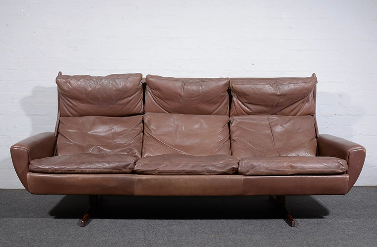 THAMS KVALITET, A 1960S LOUNGE SUITE, COMPRISING THREE SEATER SOFA, MATCHING ARM