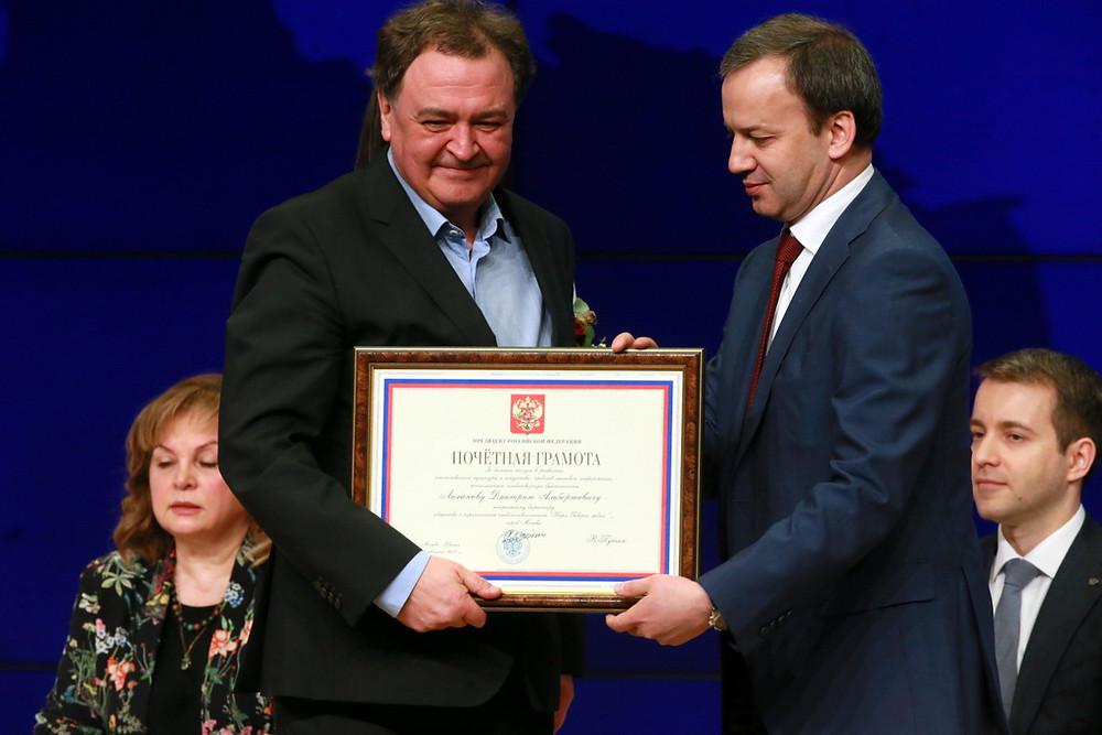 Аркадий Дворкович вручает Почетную грамоту Президента Дмитрию Лиханову