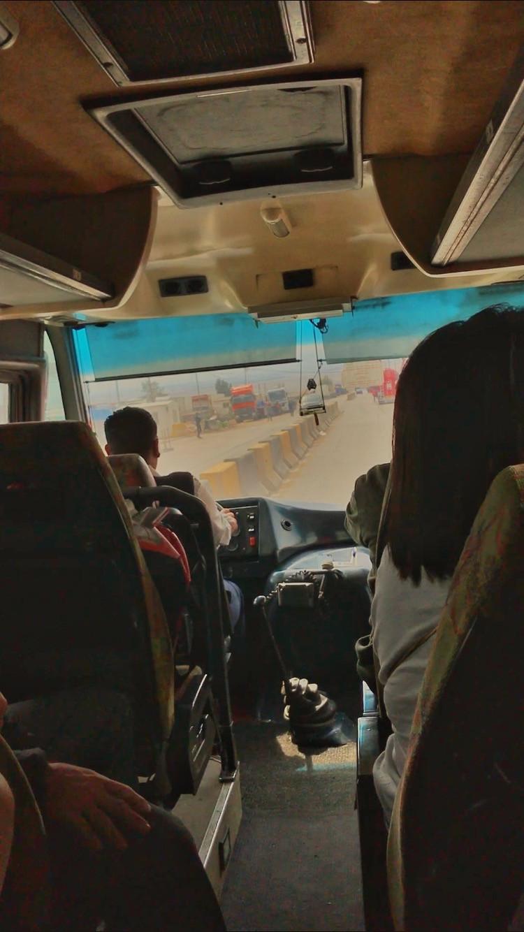Ônibus cruzando a fronteira pela King Hussein Bridge