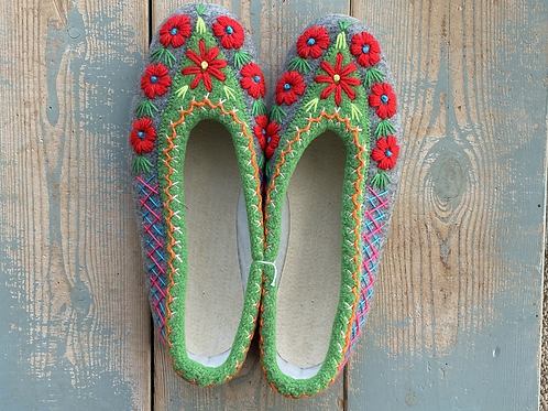 Ela embroidered slippers size 38
