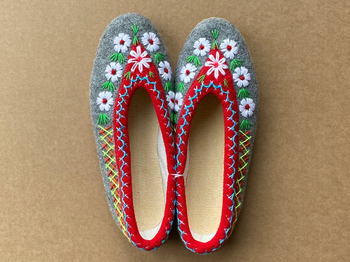 Ela embroidered slippers size 40