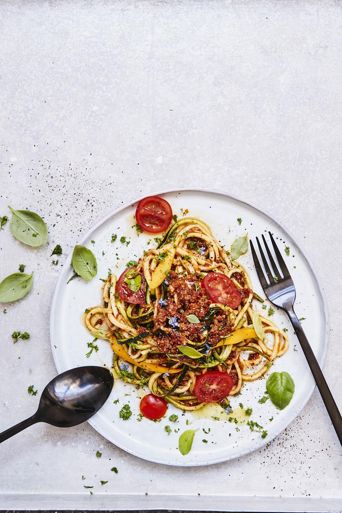 Zucchini_Zoodles_mit_Tomaten_Mango_Bolog