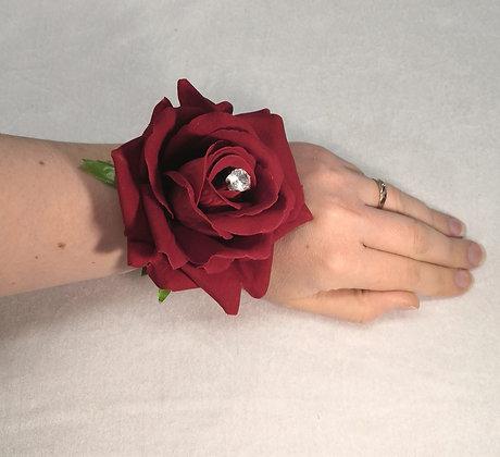 Rannekukka ruusu helmirannekkeella