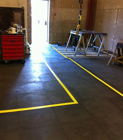 Pose de 1200m2 de dalles pvc dans un atelier de montage + marquage au sol.