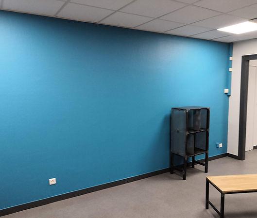 Création d'une salle de pause. Peinture: acrylique aux couleurs de l'entreprise. Rénovation ossature faux plafond + remplacement des dalles + relamping LED + pose sol Tarkett.