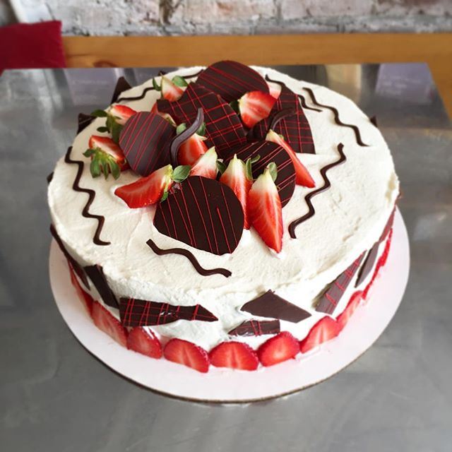 Strawberry and vanilla merveilleux with some homemade chocolate pieces 🍓🍓🍓🎂🎂🍰 #strawberry #fra