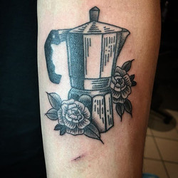#coffeetattoo #blacktattoo #coffeepercolatortattoo #lineworktattoo #woody #caffine #caffinefix #irez