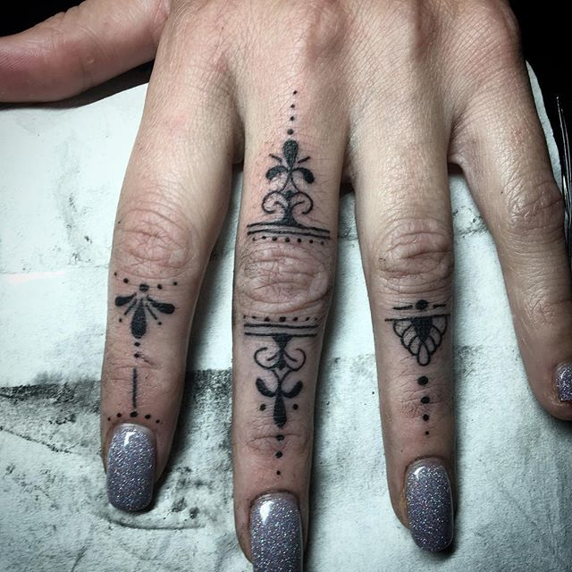 Some cool little finger tatts _#fingertattoo #fingertatts #handtattoos #blackworktattoo #blacktattoo