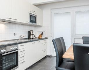 Die Gästewohnung der Baugenossenschaft Gartenstadt Luginsland eG bietet alles für Ihren Urlaub, zum Beispiel eine voll eingerichtete Küche.