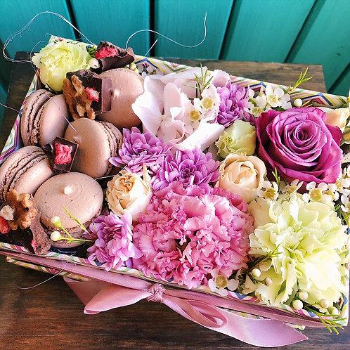 Цветы в коробочке с макаронс Шоколад