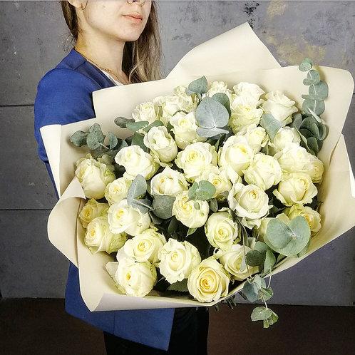39 кремовых роз с эвкалиптом