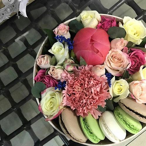 Цветы в коробочке с макаронс Неон