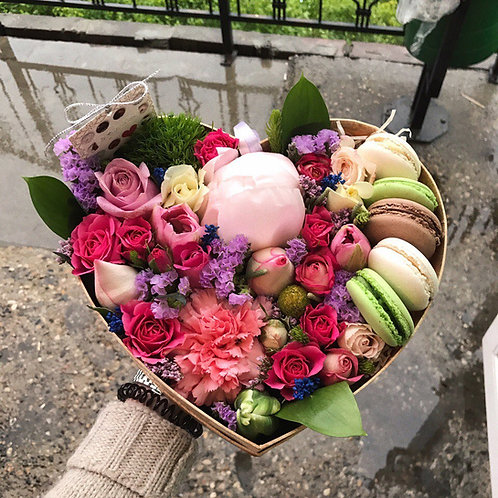 Коробочка с цветами и макаронс Сара Бернар