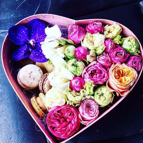 Цветы в коробочке с макаронс Дольчетто