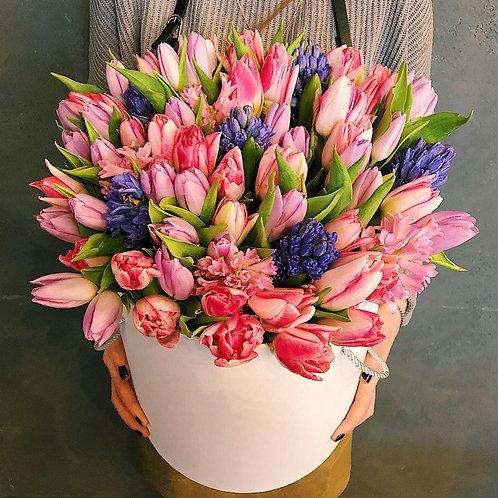 Тюльпаны и гиацинты в шляпной корбке