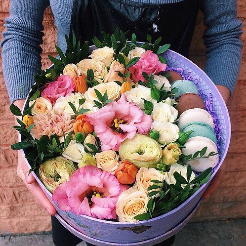 цветы в коробочке с макаронс Розовая мята