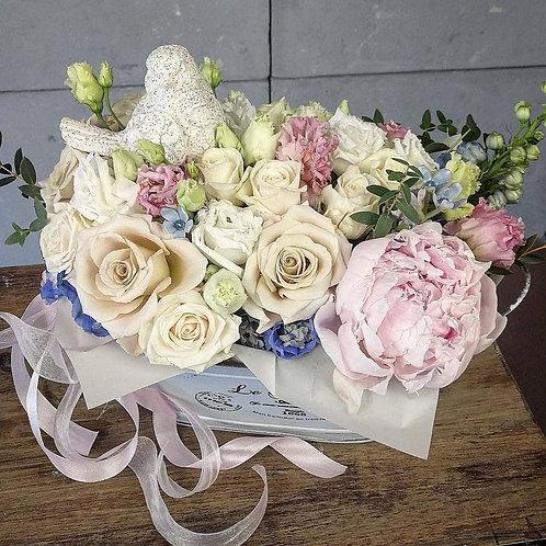 Цветы в металлическом кашпо