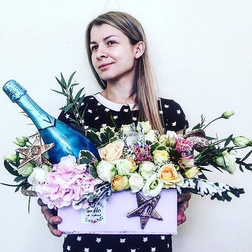 деревянный ящик с цветами и шампанским