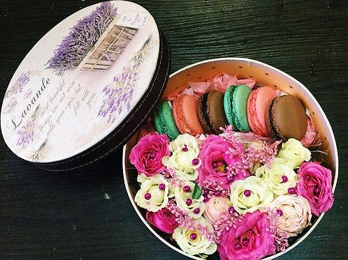 Цветы в коробочке с макаронс Керис
