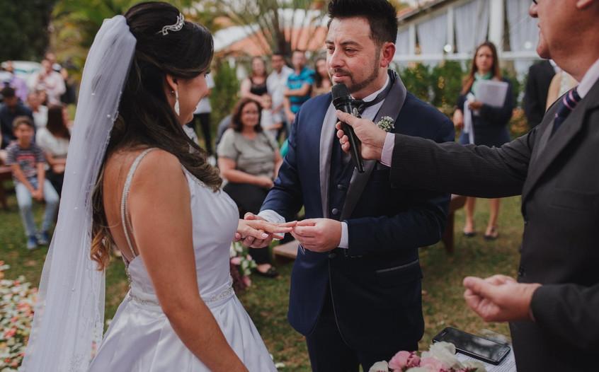 """Noivos que tiveram casamento """"temático"""" de Luan conhecem o cantor"""