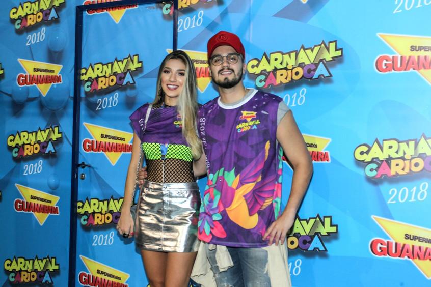 Luan Santana realiza show em camarote acompanhado de sua irmã
