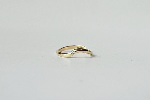 9ct Gold Flowing ring with Diamond