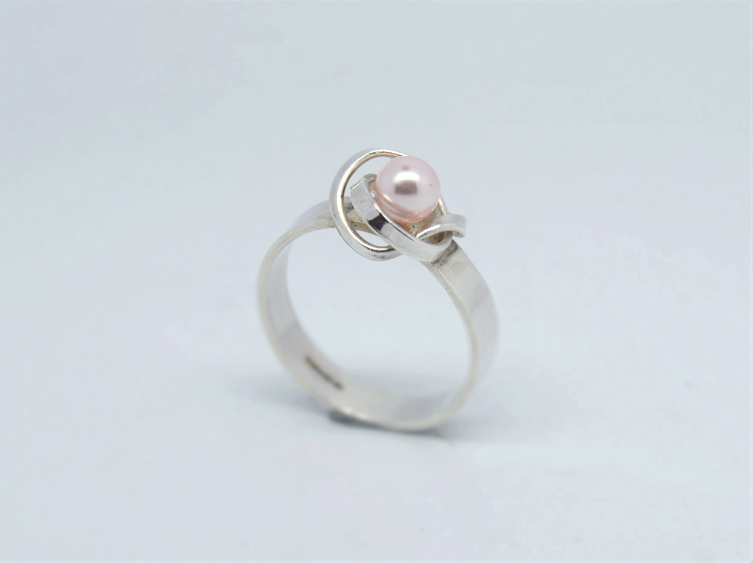 Silver ring with pink pearl