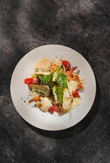 Салат романо с цыплёнком и соусом цезарь