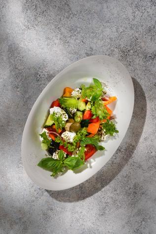 Греческий салат с козьим сыром шевру