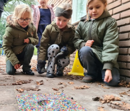 Leerlingen van de Julianaschool Kwartellaan in Bussum neemt de eerste plastic knikkertegel in gebruik.
