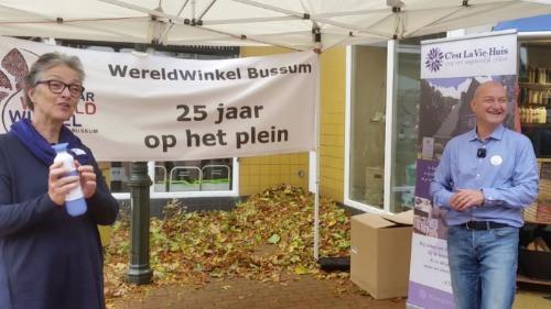 Wethouder Barbara Boudewijnse overhandigt de eerste Dopper aan Arjan van Leeuwen van de Wereldwinkel Bussum.