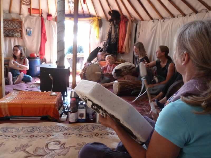 Mensen maken muziek in een yurt.