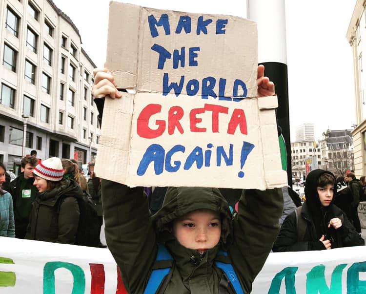 Protestbord met de tekst: make the world Greta again!