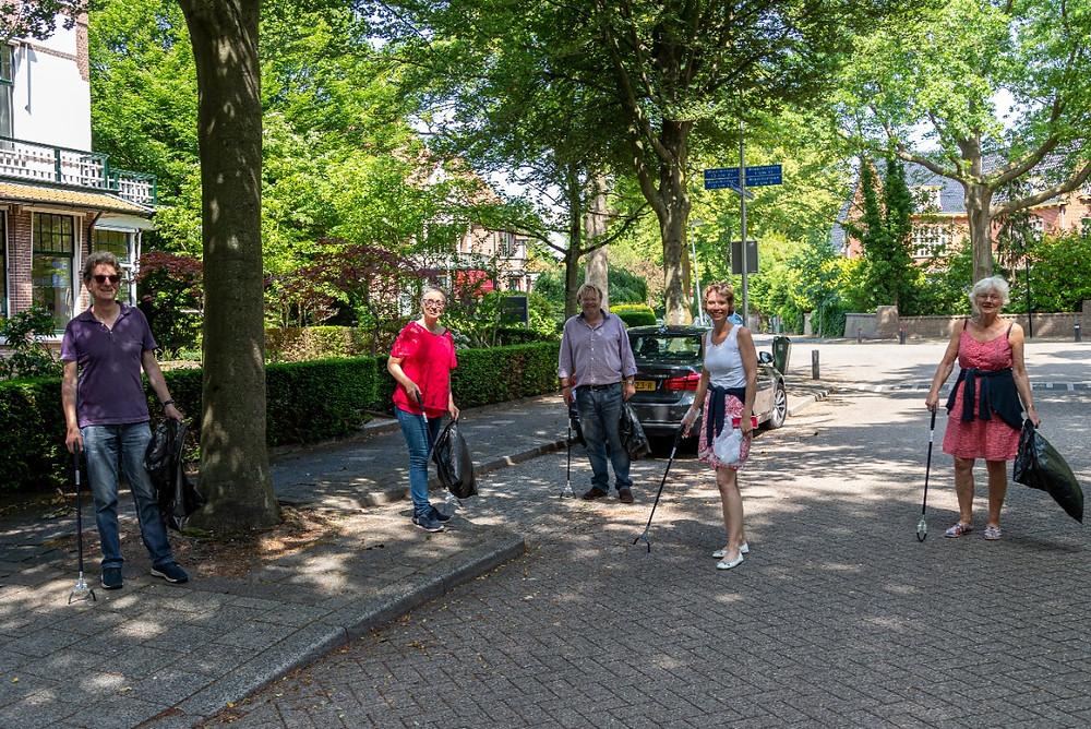 Bewoners van het Prins Hendrikkwartier ruimen zwerfvuil op.