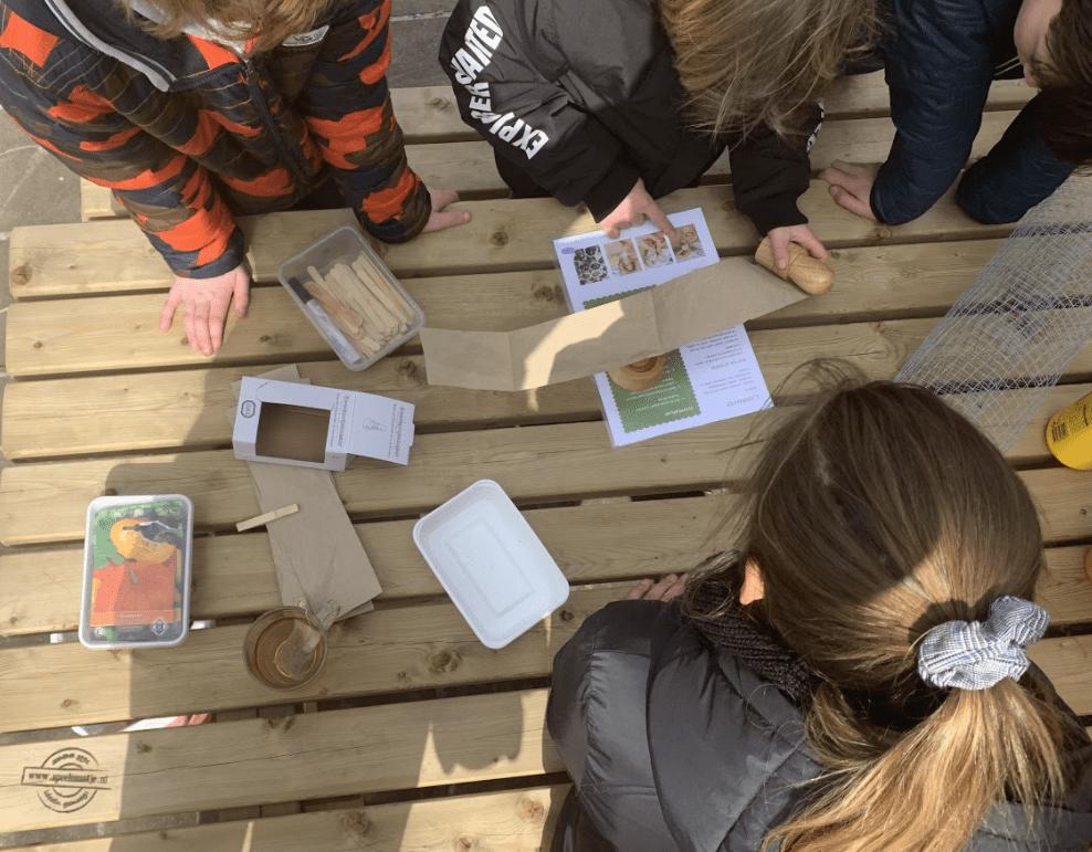 Leerlingen van de Bussumse Montessorischool maken van karton kweekbakjes.
