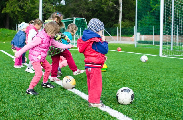 Peuters zijn aan het voetballen.