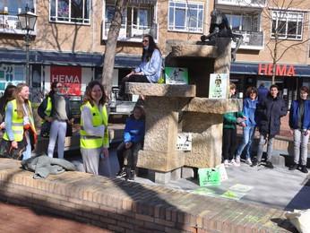 Krijtgraffiti guerilla actie van Vitus leerlingen fleurt centrum Bussum op