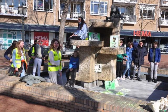 Groepsfoto van de jongeren in de fontein op het HEMA plein. van Vitus Bussum en Naarden brengen krij