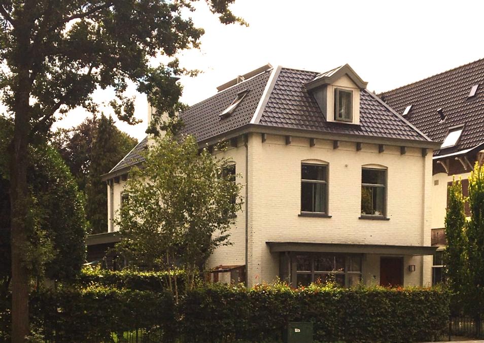 voormalig huis van Wim de Bie in Het Spiegel met zonnepanelen op het platte dak.