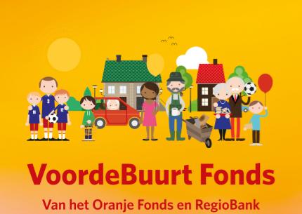 Flyer van het Voordebuurt Fonds met daarop verschillende groepen mensen als een ouder echtpaar en een jong gezin.
