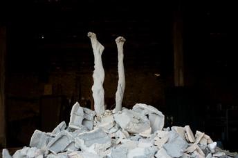 Legs in rubble Résidence Lieux .32, Gers