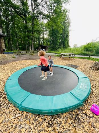 Springen op de trampoline in de speeltuin van het domein