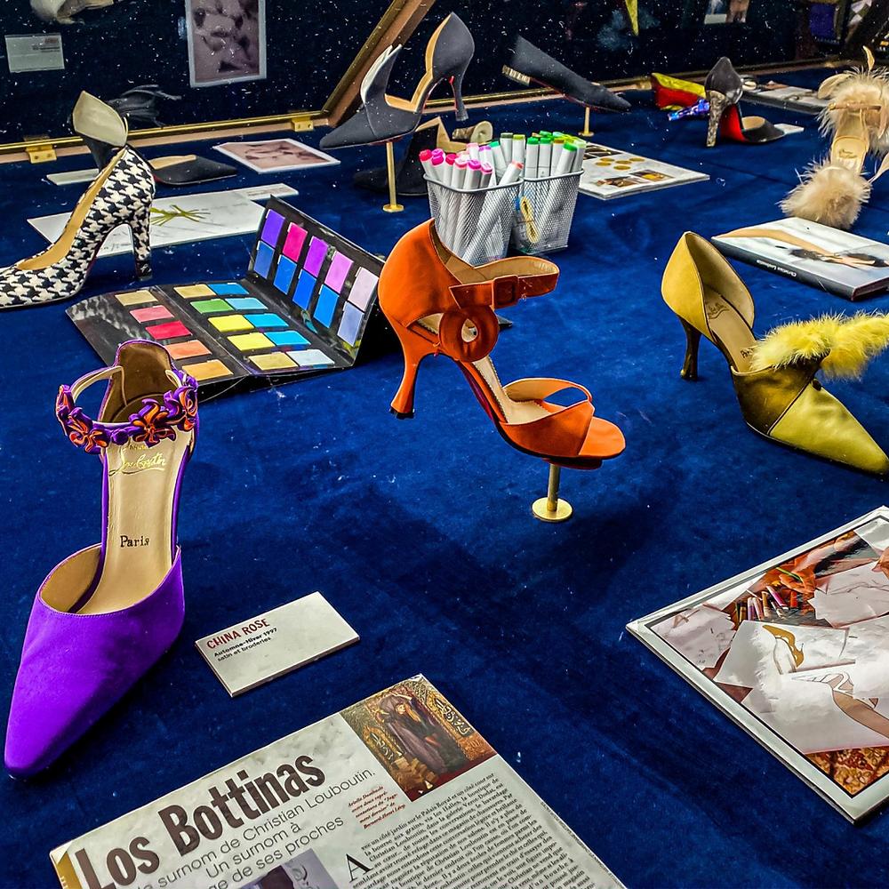 Sapatos de Christian Louboutin, da exposição L'Exhibitionniste, no Palais de la Porte Dorée em Paris.